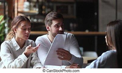 clients, couple, discuter, fâché, jeune, directeur, tenue, papiers, ennuyé