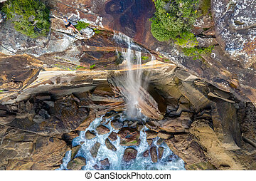clifftop, assento mulher, por, a, borda, de, um, cachoeira, queda, em, oceânicos