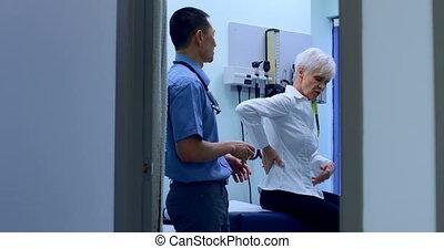 clinique, 4k, patient, examiner, mâle, asiatique, personne...