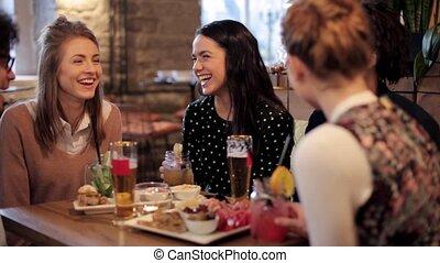 clinking, pije, przyjaciele, bar, szczęśliwy