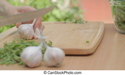 CLIP EDIT Separating cloves of garl