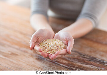 cloes, uo, van, vrouwlijk, tot een kom gevormde handen, met, quinoa