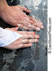 close-up, anéis casamento, newlyweds, mãos