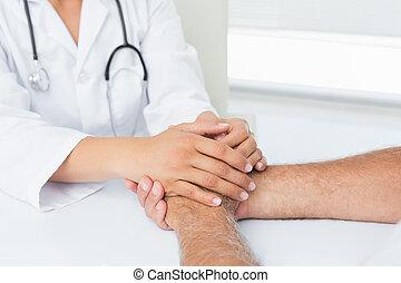 close-up, arts, gedeelte, midden, patiënten, holdingshanden