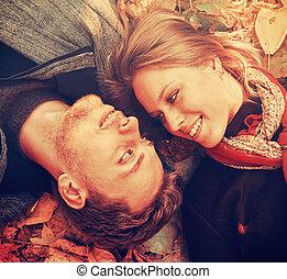 close-up, bladeren, herfst, verliefd koppel, het liggen, vrolijke