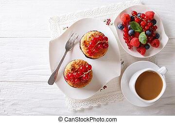 close-up, bovenzijde, cocosnoot, koffie, muffins, horizontaal, besjes, tafel., melk, aanzicht