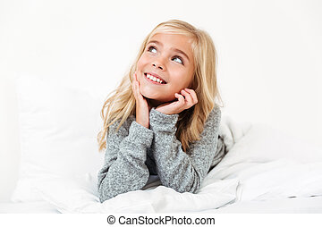 close-up, cama, enquanto, femininas, sonhar, retrato, sorrindo, mentindo, criança