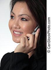 close--up, de, atraente, mulher negócio, falar telefone pilha