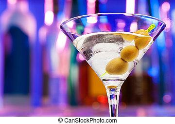 close-up, de, copo coquetel, com, azeitonas, em, barzinhos