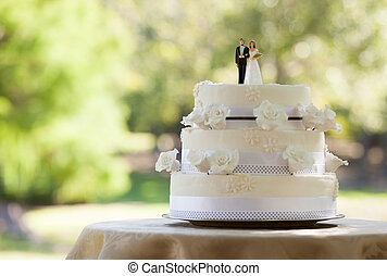 close-up, de, estatueta, par, ligado, bolo casamento