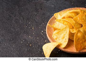 close-up, de, luminoso, queijo, nachos, ligado, um, um, luz, madeira, redondo, prato., milho lasca, ligado, um, pretas, experiência., cópia, space.