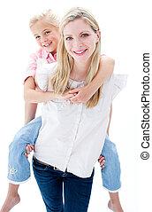 close-up, de, menininha, desfrutando, carona piggyback, com, dela, mãe