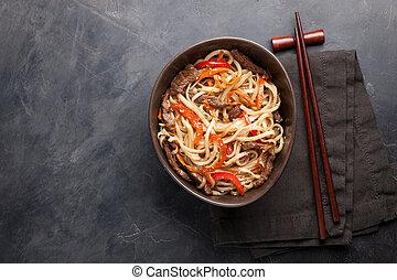 close-up, de, noodles, em, um, bacia vidro, com, legumes, e, carne, em, teriyaki, molho, ligado, um, escuro, concreto, experiência., vista superior, de, alimento asian, e, madeira, varas., a, conceito, de, rapidamente, alimento., espaço cópia