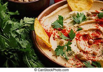 close-up, de, servido, hummus., saudável, hummus, mergulho, com, legumes, ligado, um, madeira, experiência., meio oriental, restaurante, concept.