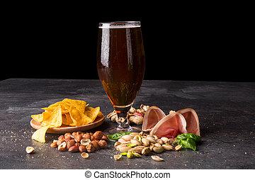 close-up, de, um, bebida alcoólica, com, snacks., cerveja, e, salgado, aperitivos, ligado, um, saturado, pretas, experiência., cópia, space.