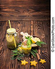 close-up, de, um, jarro pedreiro, com, bebida quente, ligado, um, escuro, madeira, experiência., frutas cítricas, folhas, gengibre, e, cinnamon., cópia, space.