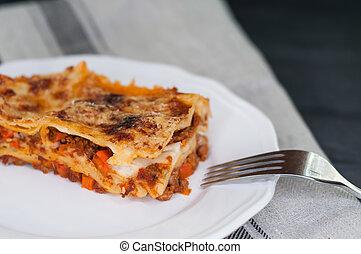 close-up, de, um, tradicional, lasanha, feito, com, carne, molho bolonhês, servido, ligado, um, prato branco