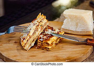 close-up, de, um, tradicional, lasanha, feito, com, carne picada, molho bolonhês, coberto, cortado, ligado, um, tábua madeira
