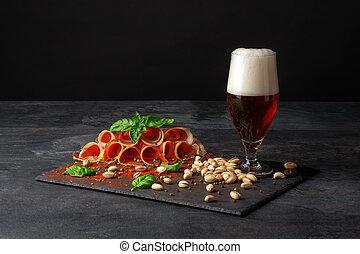 close-up, de, um, vidro, de, beer., alcoólico, cerveja, com, vário, lanches, ligado, um, pretas, experiência., salgado, nozes, temperado, presunto, slices., cópia, space.