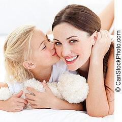close-up, dela, pequeno, loura, mãe, beijando, menina