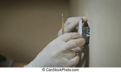 close-up, elektromonteur, kamer, muur, lichte schakelaar, schroevendraaier, het veranderen, installatie, hands.