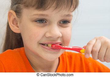 close-up, escova dentes, menina, seven-year-old