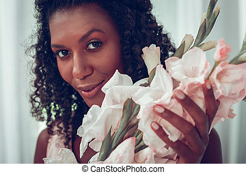 close-up, gladioluses, mantendo, rosto, femininas, retrato, fim