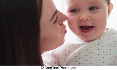 close-up, haar, moeder, baby, schattige, spelend, vrolijke