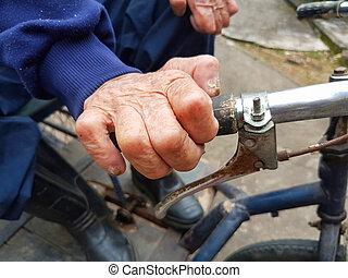 close-up, hand, van, invalide, bejaarde, vasthouden, fiets hengsel
