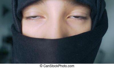 Close-up. Islamska girl in black hijab.