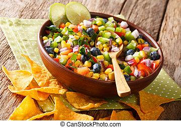 close-up, koren, peper, kom, keukenkruiden, chips., heerlijk, bosbessen, salsa, nachos, food:, uien, horizontaal