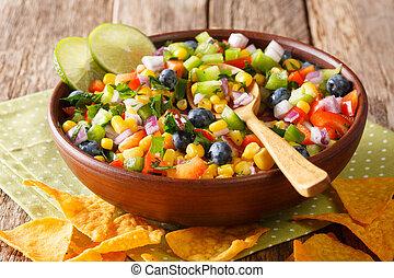 close-up, kruidig, mexicaanse , peper, kom, keukenkruiden, chips., bosbessen, salsa, nachos, uien, horizontaal, koren