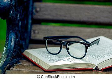 close-up, madeira, foto, banco, parque, livro, pretas, elegante, abertos, óculos