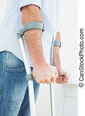 close-up, mellemst sektion, i, en, unge menneske, hos, det crutches