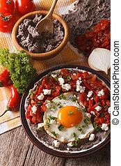 close-up, mexicaanse , verticaal, huevos rancheros, food:, tafel.