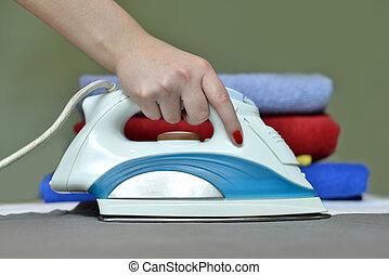 close-up, mulher, contra, mão, th, ironing, tabela, roupas
