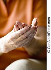 close-up, mulher, dela, rubbing, idoso, mãos