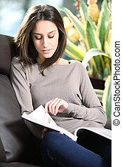 close-up, mulher, magazine., jovem, sofá, leitura, mentindo