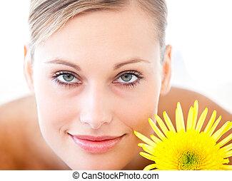 close-up, mulher, radiante, flor, saúde, mentindo, tabela, spa, massagem