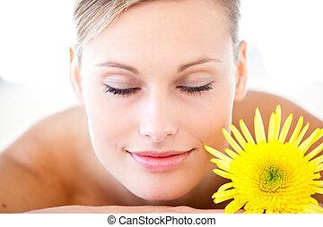 close-up, mulher, relaxado, flor, saúde, mentindo, tabela, spa, massagem