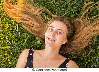 close-up, mulher relaxando, topo, jovem, bonito, retrato, capim, vista