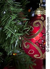 close-up, recortado, vista, de, brilhante, vermelho, natal, bulbo, pendurar, natal, árvore.