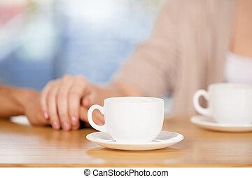 close-up, restaurante, par, sentar-se, enquanto, segurar passa, hands.