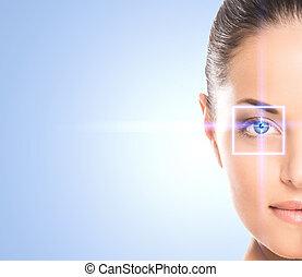 close-up, retrato, de, jovem, e, mulher bonita, com, a, virtual, hologram, ligado, dela, olhos, (laser, medicina, e, segurança, tecnologia, concept)