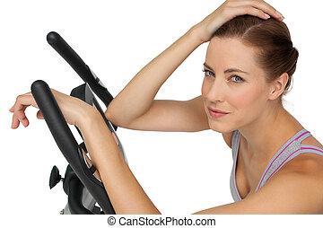 close-up, retrato, de, um, bonito, mulher jovem, ligado, bicicleta estacionária