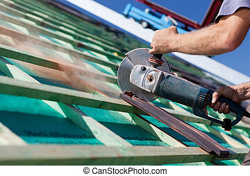 close-up, roofer, hand, gebruik, zaag, circulaire
