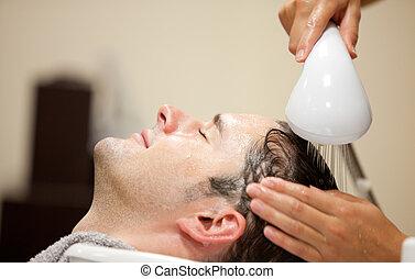 close-up, seu, lavado, jovem, cabelo, tendo, homem