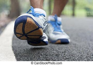 close-up, sportende, lopende schoenen