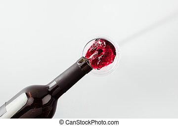 close-up udsigt, i, rød vin, hælde, af, flaske, ind, glas, isoleret, på hvide
