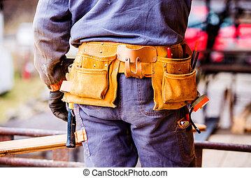 close-up, van, de arbeider van de bouw, met, hulpmiddel zak, achterk bezichtiging